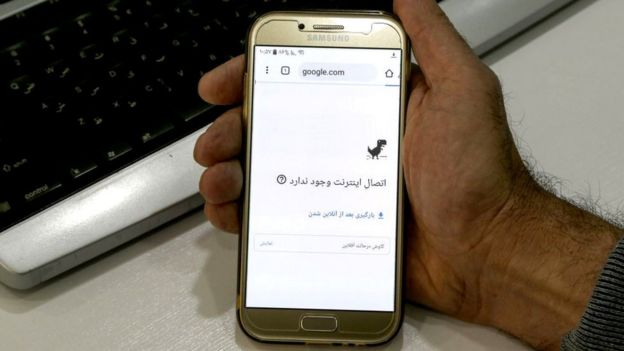 A smartphone in Iran showing no internet connection