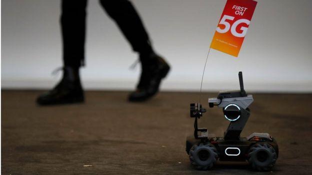 Robot llevando banderita 5G en conferencia en Zurich organizada por Huawei