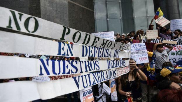 Venezolanos manifestándose en la calle