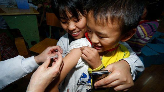 四川遂寧一名兒童接受H1N1疫苗注射(資料圖片)。