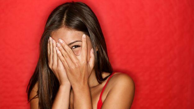 Mulher tampando o rosto