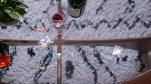 Bolsitas con cocaína y vino