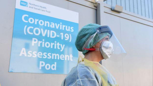 急诊科护士在安特里姆郡安特里姆地区医院演示冠状病毒荚和Covid-19病毒测试程序的过程中