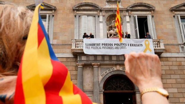 Плакат на здании правительства Каталонии