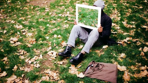 Sunny sentado con un espejo en un parque