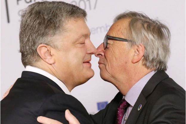 Ukrainian President Petro Poroshenko (L) is welcomed by the President of the European Commission Jean-Claude Juncker (R) during the ?EU Eastern Partnership summit with six eastern partner countries at the European Council in Brussels, 24 November 2017