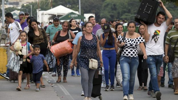 Venezolanos en la frontera entre Colombia y Venezuela.