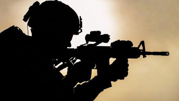 Soldado apuntando un arma