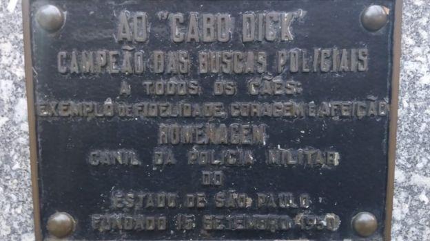 Placa em homenagem a Dick