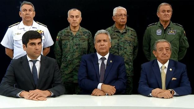 Lenín Moreno junto al mando militar.