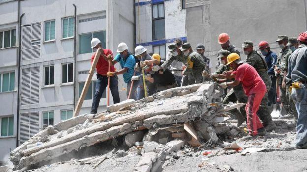 Rescatistas durante el terremoto en México