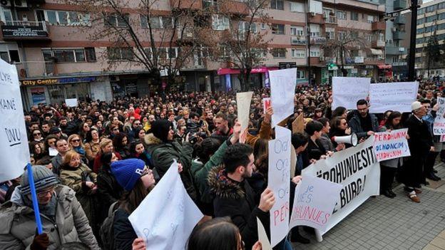 抗议2月在普里什蒂纳爆发的强奸少年的指控
