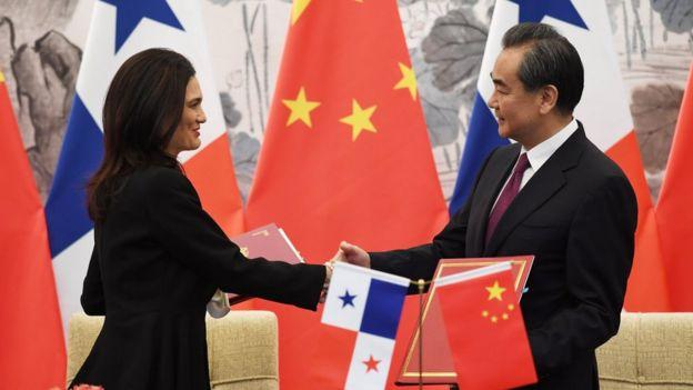 La ministra de Exteriores y vicepresidenta de Panamá, Isabel Saint Malo de Alvarado, y el ministro de Exteriores de China, Wang Yi.