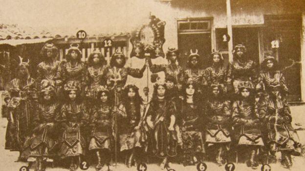 Foliões vestidos de diabo para a apresentação de 1911