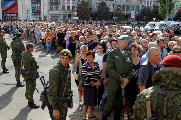 People wait in line to pay their last respects to separatist leader Alexander Zakharchenko, 2 September 2018