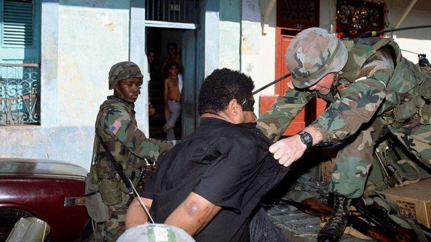 Soldados americanos detêm homem durante invasão a Panamá em 1989