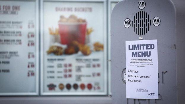 لافتة تقول إن قائمة الطعام بأحد المطاعم محدودة
