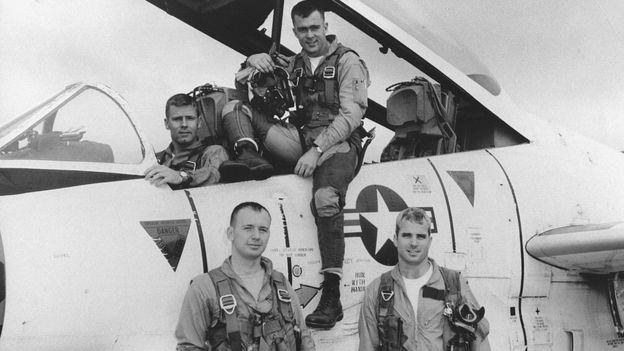 John McCain, 1965'te uçuş eğitiminde.McCain'in uçağı Hanoi'de 1967'de vurulmuş, 1973'e kadar savaş esiri olarak tutulmuştu.