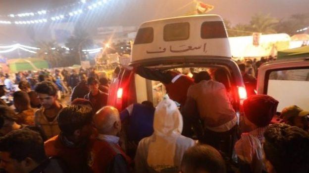 عربة اسعاف في ساحة التحرير