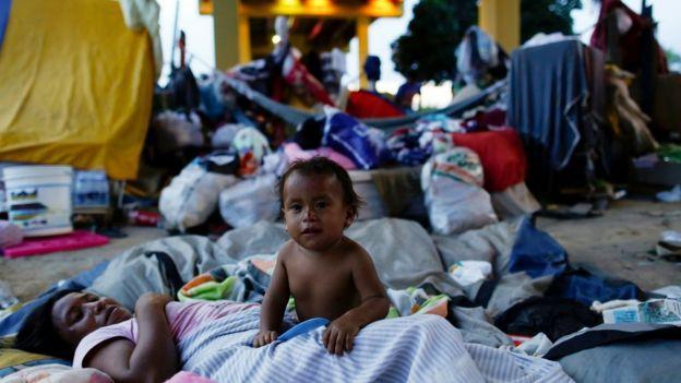 Indígenas venezuelanos morando sob viaduto em Manaus