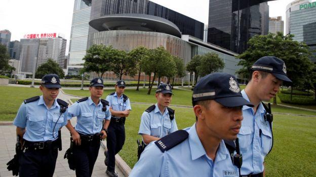 香港警方在立法会外加强保安。
