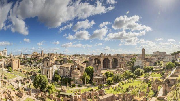 Vários prédios em foto diurna da cidade de Roma