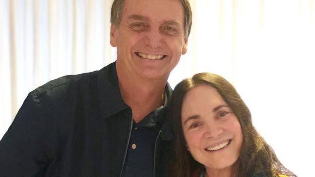 Jair Bolsonaro e Regina Duarte posando para foto