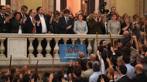 Carles Puigdemont y los miembros del Parlamento