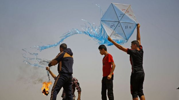 Palestinian prepare to fly an incendiary kite in the central Gaza Strip (8 June 2018)