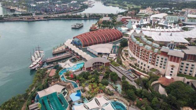 Foto de un parque temático de Universal Studios, un nuevo parque acuático y el casino Resorts World atraen a miles de singapurenses y turistas cada año.