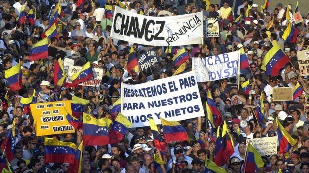 Imagen de las movilizaciones contra el gobierno por el despido de gerentes de PDVSA en 2002