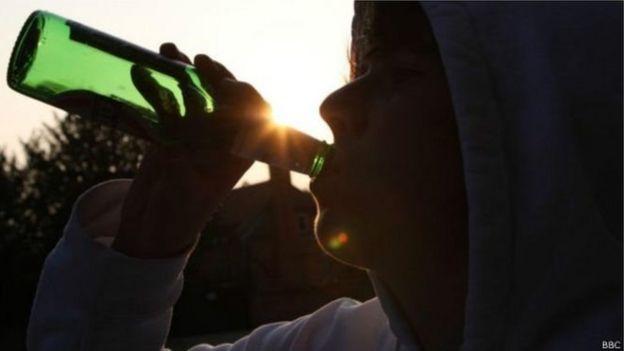 Jovem consumindo álcool