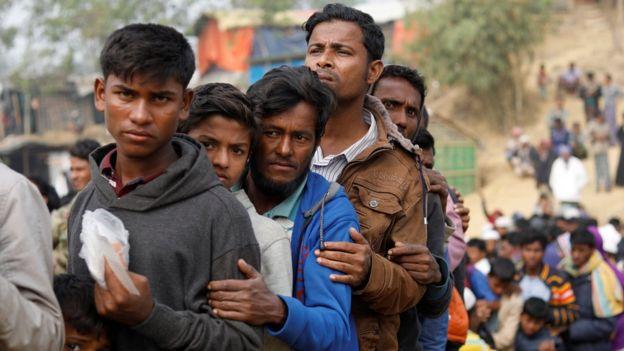 طابور من اللاجئين الروهينجا في انتظار الحصول على طعام وماء في معسكر للاجئين