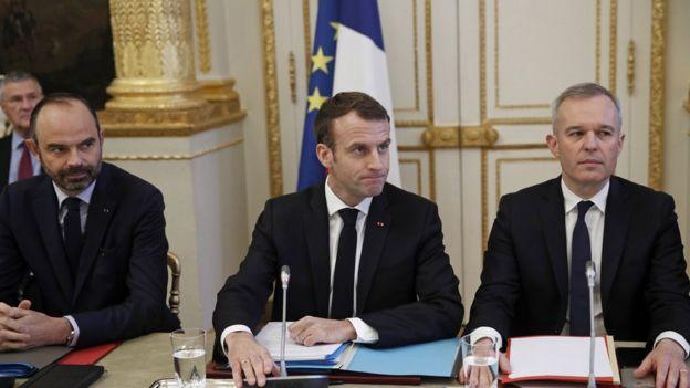 Macron, o primeiro-ministro francês, Edouard Philippe (esq.) e o ministro da Ecologia, François de Rugy, em reunião nesta segunda-feira com representantes de sindicatos