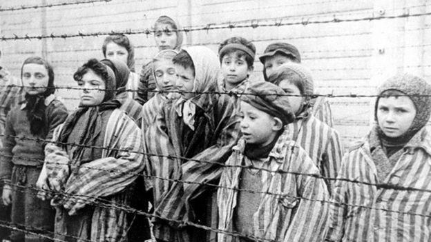 أطفال يهود عثرت عليهم القوات الروسية في معسكر أوشفيتس