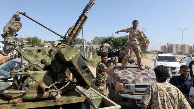 نیروهای حامی دولت در جنوب طرابلس با نیروهای ژنرال حفتر درگیر شدهاند.