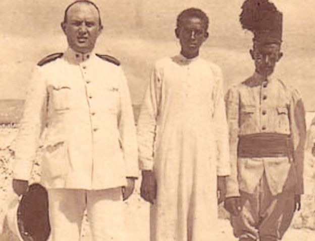 Giuseppe Marincola (L) pictured in Somalia with two Somalis