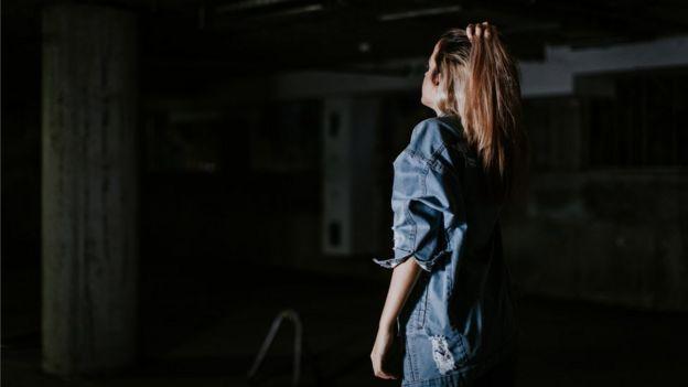 Mujer en un sitio oscuro
