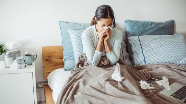Mujer resfriada.
