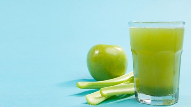 Manzana y jugo de manzana.