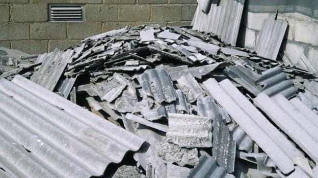 Pilha de telhas de amianto