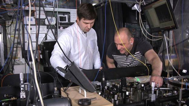 El profesor Hensinger (der.) trabaja con su colega Bjoern Lekitsch