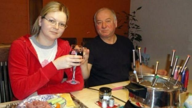 Ông Sergei Skripal và con gái Yulia trước khi bị trúng chất độc thần kinh ở Salisbury, thành phố yên lặng vùng Wiltshire của Anh
