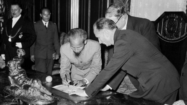 Chủ tịch Hồ Chí Minh ký với Chính phủ Pháp 03/07/1946 trong chuyến thăm sang Paris