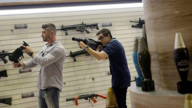 Feira de armas realizada no Rio em abril