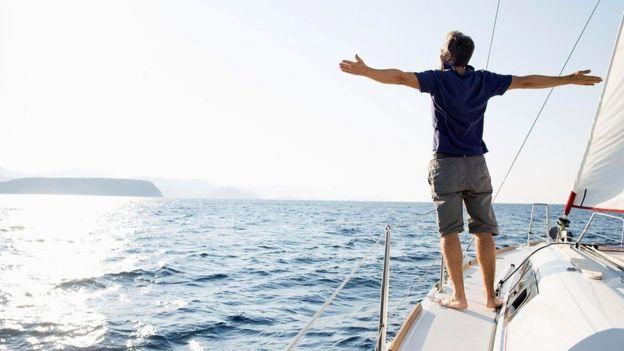 شخص يقف على متن قارب وسط البحر