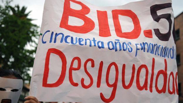 Pancarta contra el BID