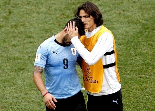 Cavani consuela a su compañero de mil batallas, Luis Suárez, después de la derrota contra Francia.