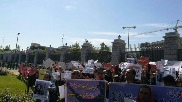تشکلهای مستقل کارگری با وجود ممانعت نیروهای امنیتی در مقابل مجلس ایران تجمع کردند