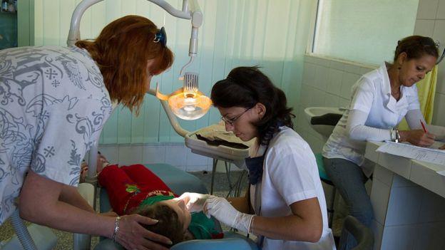 Dentista atende criança ucraniana em Cuba